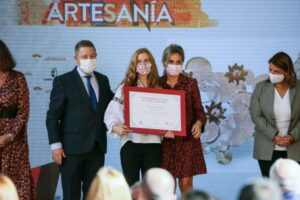 La alcaldesa destaca la artesanía como seña de identidad de la región y participa en la entrega de reconocimientos en Farcama